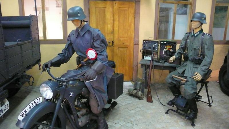 Německý motocykl BMW R35 a rádiová sada Fu. 9
