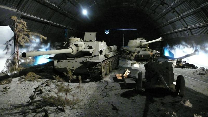 Sovětský 100mm samohybný kanón SU-100 a těžký tank IS-2 v expoziční hale věnované Ostravské operaci