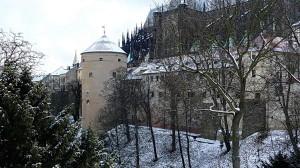 Prašná věž pohledem přes Jelení příkop