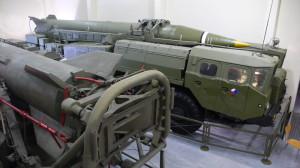 Odpalovací zařízení 9P117M operačně-taktického raketového kompletu 9K52 s raketou 8K14 (SS-1c SCUD-B)