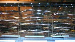 Efektní vitrína s loveckými zbraněmi. Je možné vidět exponáty z obou stran