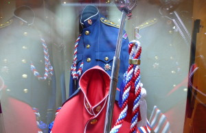 Modrá blůza důstojníka Hradní stráže a červená blůza hudebníka HS, 90. léta