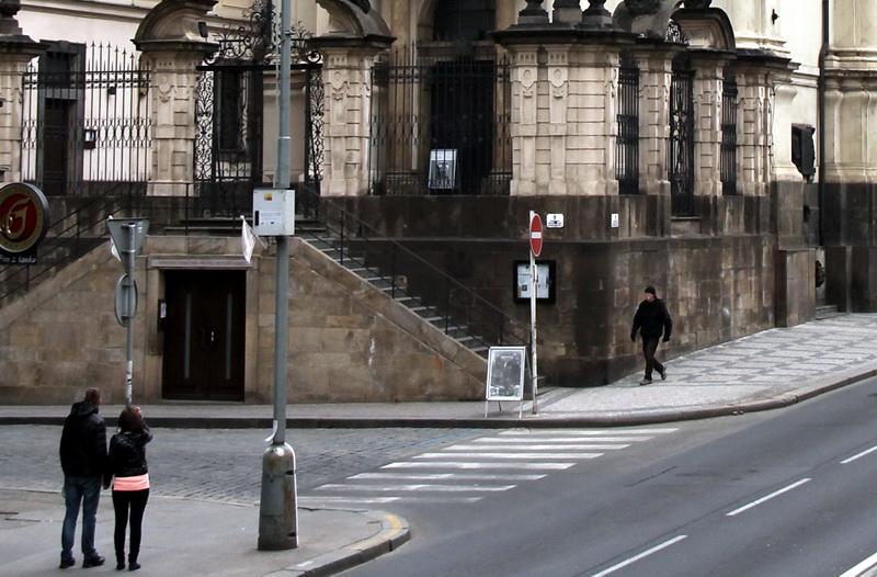 Vlevo pod chrámem vchod do památníku