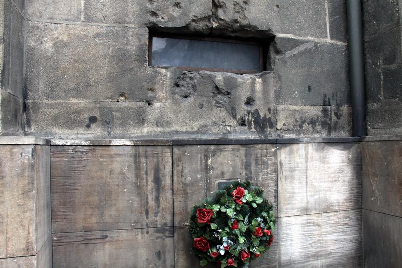 Okno vedoucí do krypty, kde se ukrývali parašutisté