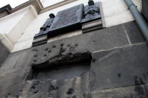Okno krypty a pozůstatky střelby
