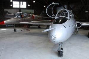Aero L-29 Delfín a za ním Aero L-39 Albatros v hangáru Staré Aerovky