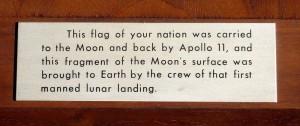 Československá vlajka byla prostřednictvím Apolla 11 dopravena na Měsíc a zpět, posádka lunárního stroje také přivezla měsíční horniny