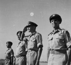 Hugo Marom (druhý zleva) s budoucím izraelským prezidentem Ezerem Weizmanem (třetí zleva)
