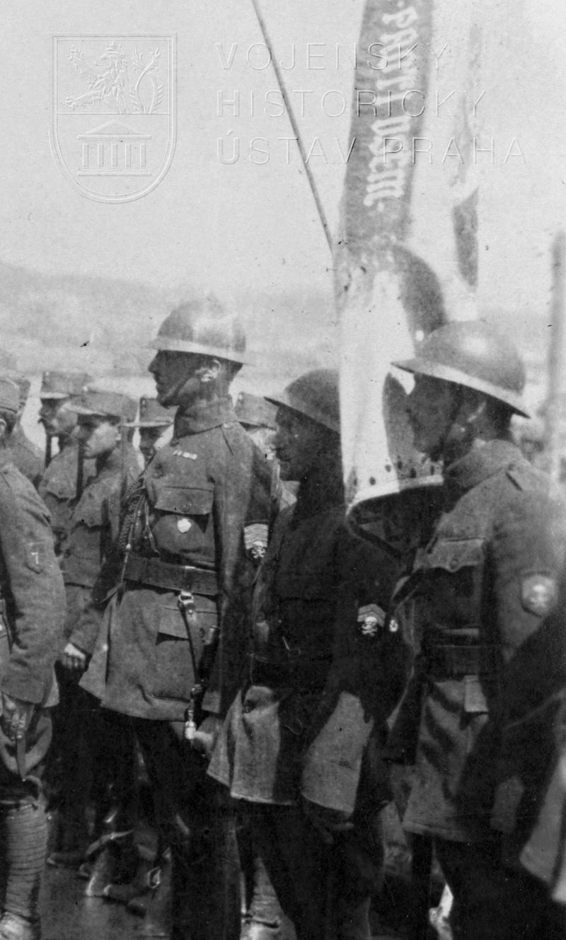 Přilba příslušníka úderného praporu, 1919 (dobová fotografie)