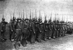 3 - Nástup Československé vojenské jednotky v Buzuluku v červenci 1942. Vlevo salutující je nadporučík Otakar Jaroš.