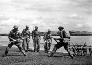 6 - Nácvik boje zblízka na bodáky se stal jednou z významných součástí výcviku.