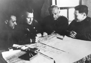 8 – Velitel jednotky pplk. Ludvík Svoboda (druhý zprava), zcela vlevo jeho zástupce npor. Bohumír Lenc–Lomský, vpravo major NKVD Petr Kambulov.
