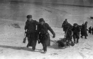 16 - Pochod ze železniční zastávky Valujky na frontu