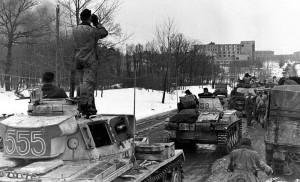 18 - Jednotky Tankového sboru SS vstupují do dobytého Charkova