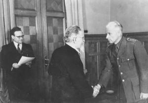 20 - Předseda prezídia Nejvyššího sovětu SSSR Michail Ivanovič Kalinin předává plukovníku Ludvíku Svobodovi Leninův řád