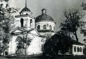 21 - Kostel Zesnutí přesvaté bohorodičky v Sokolovu. Snímek z roku 1953, pořízený výpravou čs. novinářů.