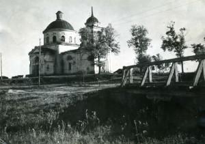 23 - Volské potahy u otevřených dveří kostela vlevo naznačují způsob využití stavby v padesátých letech.
