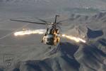 Český vrtulník vystřeluje klamné cíle nad Afghánistánem