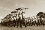 Českoslovenští vojáci ve Velké Británii cvičí s puškou
