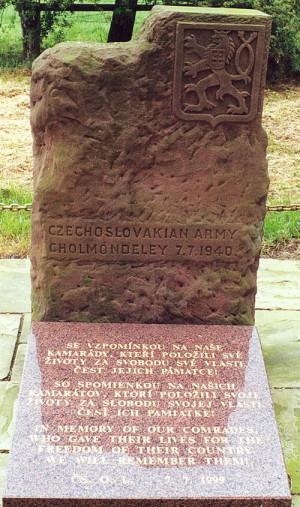 """Památník v Cholmondeley. Od r.  1999 má i desku s nápisem: """"Se vzpomínkou na naše kamarády, kteří položili své životy za svobodu své vlasti. Čest jejich památce!"""""""