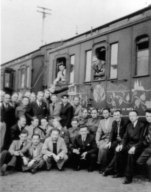 Příjezd dobrovolníků z Anglie do Agde kolem 10. května 1940. Vlak po celé délce pokreslil dobrovolník František Bělský (v zadní řadě, jedenáctý zprava). FOTO: VÚA–VHA