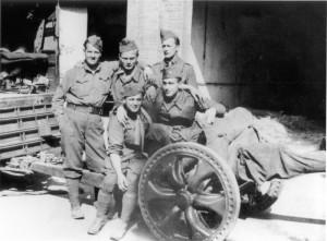Le Lac, divizní baterie kanonů proti útočné vozbě. Na snímku u 47mm protitankového kanonu J. Münz, Ivo Ingr (syn Sergěje Ingra), Tichý, Štěpán Laner a Waldinger. Snímek pořídil poslední člen obsluhy František Bělský. FOTO: VÚA–VHA