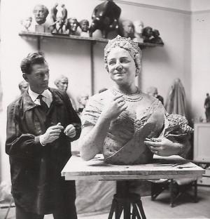 František Bělský ve svém ateliéru s bustou Královny matky v roce 1962.
