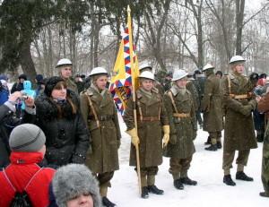Replika bojového praporu československého 1. polního praporu se členy ČSOL v dobových stejnokrojích