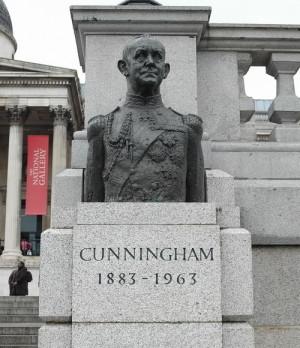 """Busta admirála Andrewa Browna Cunninghama (1883–1963) byla první sochou na Trafalgarském náměstí v Londýně, kterou vytvořil """"nebritský"""" výtvarník."""