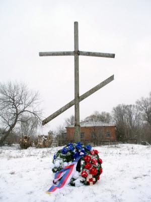 Kříž na místě starého kostela v Sokolovu, zbořeného v šedesátých letech dvacátého století. Kdesi v těchto místech padl kapitán in memoriam Otakar Jaroš.