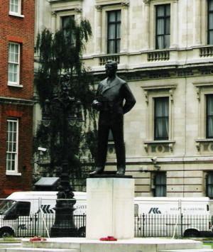 Od roku 1983 stojí v Londýně nedaleko Ministerstva zahraničí Bělského socha Lorda Mountbattena (1900–1979), posledního britského vicekrále v Indii.