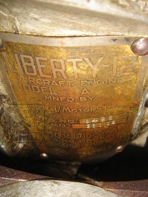 Americký letecký motor Liberty 12 model A v tankové úpravě (výrobní štítek)