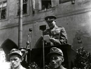 Ministr národní obrany generál Ludvík Svoboda při tryzně za padlé bojovníky na Staroměstském náměstí