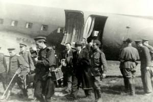Náměstek předsedy vlády Klement Gottwald po příletu na letiště ve Kbelích