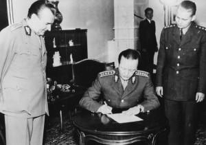 Čepička podepisuje vojenskou přísahu za účasti vrchního velitele československé branné moci Klementa Gottwalda. Foto archiv VHÚ.