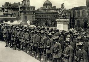 Slavnost odevzdání praporu čs. dobrovolníkům v Itálii 24. května 1918. Foto: archiv VHÚ.
