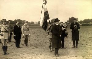 Prezident Masaryk na slavnostní přehlídce čs. armády 14. července 1919 při příležitosti francouzského státního svátku. Gen. M. Pellé stojí za praporečníkem. Foto: archiv VHÚ.