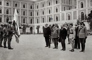Italští civilní a vojenští činitelé vzdávají čest čs. praporu na nádvoří kasáren Ferdinanda Savojského v Římě. Foto: archiv VHÚ.
