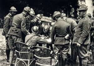 Čs. dobrovolníci, výzvědčíci 1. roty 39. čs. střeleckého pluku podepisují čestný slib, jenž vyjadřoval přísahu věrnosti ideálům čs. boje za svobodu. Foto: archiv VHÚ.