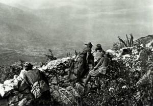 Čs. dobrovolníci pozorují údolí Adiže směrem k Roveretu. Foto: archiv VHÚ.