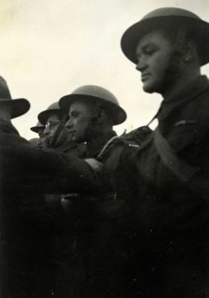 Edvard Beneš dekoruje J. Gabčíka a J. Kubiše Čs. válečným křížem 1939. Foto: archiv VHÚ.