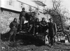 Střední tank T-34/85 1. čs. samostatné tankové brigády v SSSR během Ostravské operace.  Foto: archiv VHÚ.