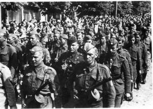 Přehlídka příslušníků 1. čs. armádního sboru v SSSR 17. května 1945 v Praze.  Foto: archiv VHÚ.