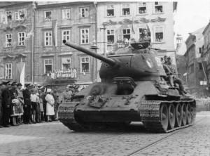 Jeden z T-34/85 československé tankové brigády při průjezdu Prahou.  Foto: archiv VHÚ.