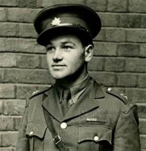 Rotmistr Jan Kubiš před zdí v Porchester Gate, 1941