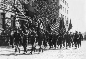Osvobození Plzně, pochod praporečníků. Foto archiv VHÚ.