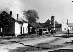 Němci při ústupu vypálená obec Konětopy u Mělníka. Foto archiv VHÚ.