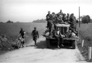 Němečtí vojáci přijíždějí k americké demarkační čáře v jihozápadních Čechách. Foto archiv VHÚ.
