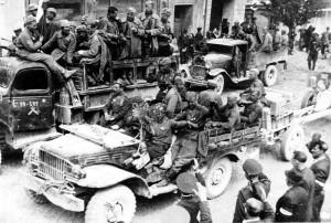 Průjezd sovětských rychlých skupin na Prahu. Foto archiv VHÚ.