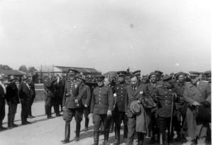 Přílet československé exilové vlády na letiště v Kbelích 10. května 1945. Foto archiv VHÚ.